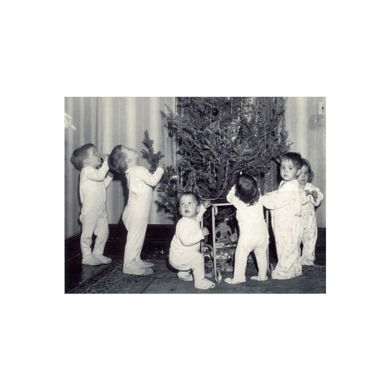Kids bij kerstboom
