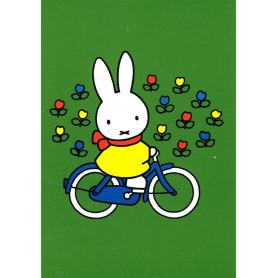 Nijntje aan het fietsen