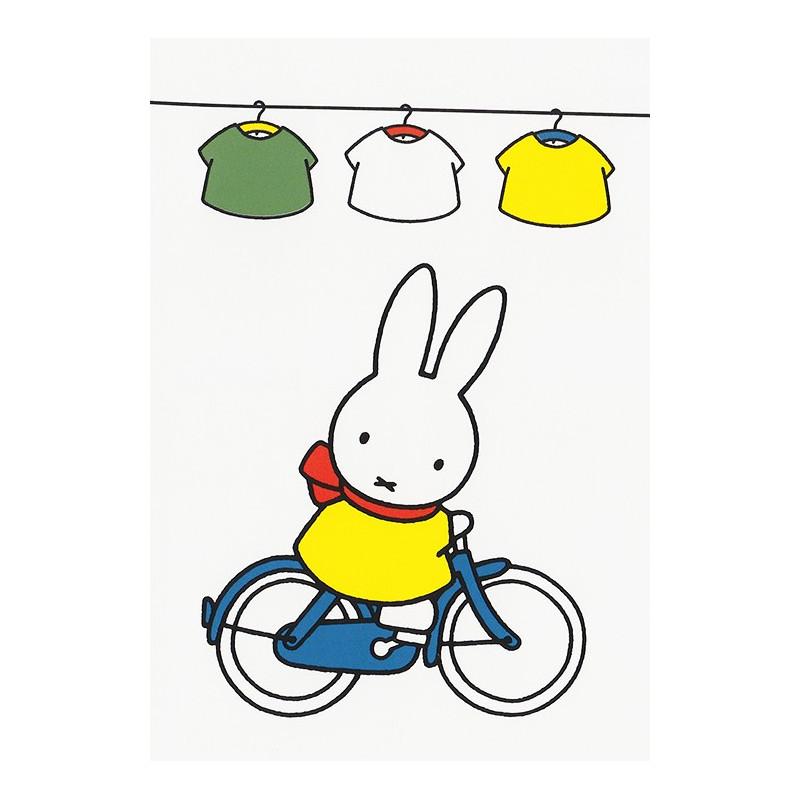 Nijntje fietst onder de waslijn